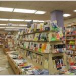 本屋さんの店頭に並ぶ沢山の書籍